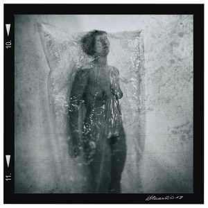 Frau in einer Plastikhülle